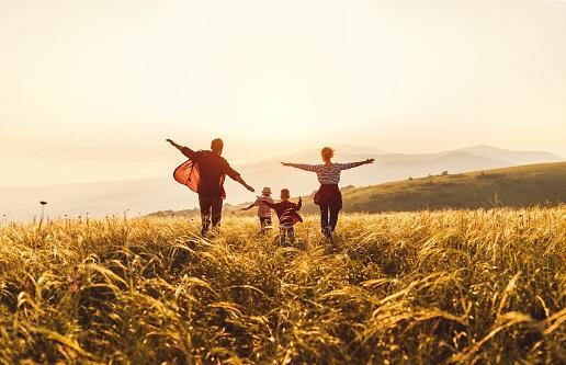 家庭成長は全人類の人生の目的の一つ。家庭で学ぶ4つの関係(愛情)。家庭は、過去・現在・未来を作り、社会・国・世界を作る。